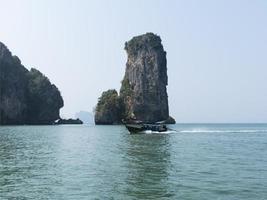 bateau de plage aonang. ligne côtière. photo