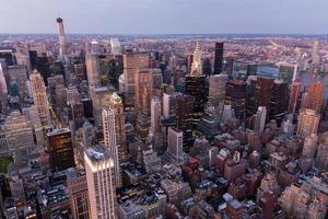 new york city avec des gratte-ciel au coucher du soleil photo