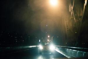 voiture sur la mariée de williamsburg dans la nuit photo