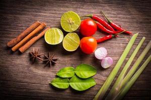 herbes sur bois pour la cuisson des aliments thai tom yum.