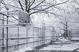 Terrain de basket dans la ville de New York au jour de la neige photo