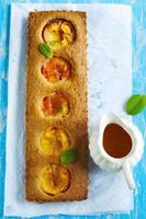 gâteau aux amandes nectarine avec sauce à l'orange photo