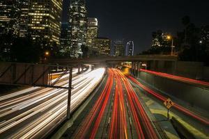 centre ville de nuit, feu sur la route photo