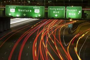 la sortie de l'autoroute 101 au coucher du soleil