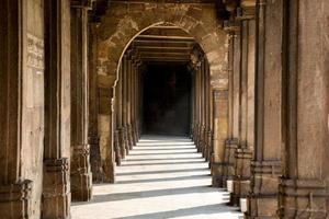 hall couvert / colonnade entourant la cour centrale à jam photo