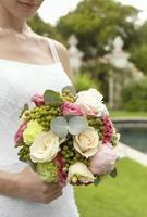 mariée, tenue, bouquet, jardin