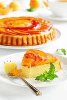 gâteau aux fruits avec pêches et ricotta. photo