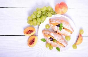 croissant de fruits frais sur fond blanc photo