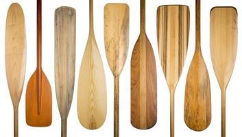 vieilles pagaies de canoë en bois photo