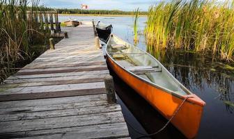 canoë attend une sortie sur le lac. photo