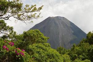 sommet parfait du volcan izalco actif au salvador photo