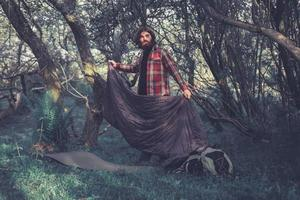 backpacker déballant son équipement de couchage photo