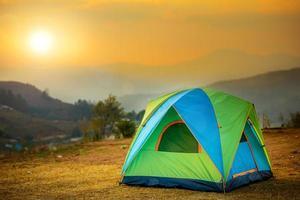tente au coucher du soleil photo