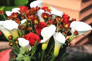 lis calla blanc, chrysanthème et rose