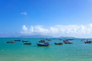 bateaux de pêche dans la marina de nha trang, vietnam photo