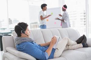 jeune, créatif, utilisation, ordinateur portable, divan photo