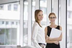 portrait, confiant, femmes affaires, documents, bureau photo