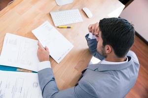homme affaires, séance table, à, documents photo
