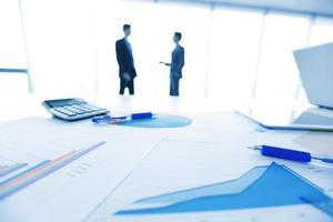 hommes d'affaires et documents photo