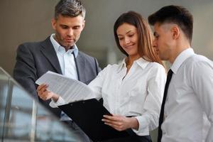 équipe commerciale. les gens discutent des documents et des idées. photo
