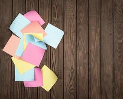 papiers à notes sur fond de bois photo