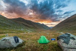 tente touristique dans les montagnes en été photo