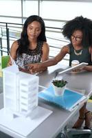 deux collègues discutant des idées à l'aide d'une tablette PC photo