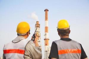 discussion des travailleurs des raffineries et pointage pour inspection photo