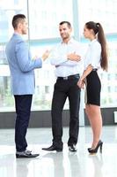 Les gens d'affaires se réunissent au bureau pour discuter du projet photo