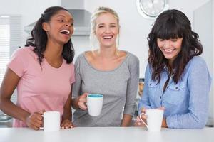 amis heureux prenant un café ensemble