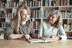 femme, petite-fille, lecture, ensemble photo