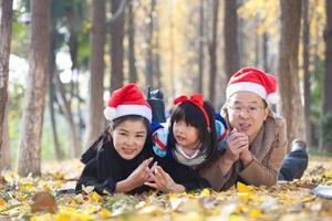portrait de famille heureuse dans la forêt photo