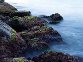 rochers et mer longue exposition photo