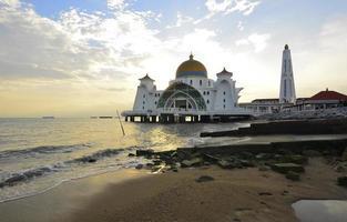 majestueuse mosquée flottante au détroit de malacca pendant le coucher du soleil photo