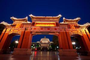 arc porte et grand hall nuit scène, chongqing, chine