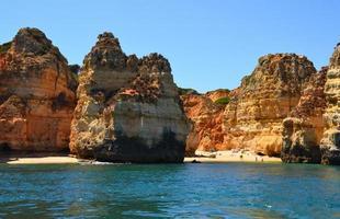 rochers et plage de sable au portugal, lagos