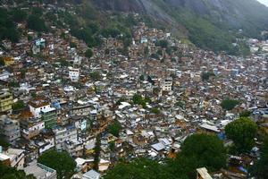 favela à flanc de colline photo