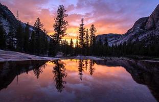 réflexion du coucher du soleil photo