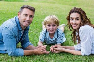 famille heureuse, dans parc, ensemble photo