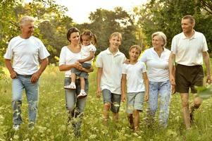 famille heureuse, dans, forêt