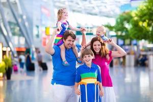 jolie famille avec des enfants à l'aéroport