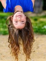 bel enfant suspendu à l'envers photo