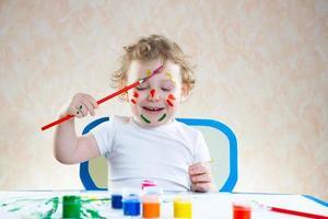 mignon petit enfant peinture photo