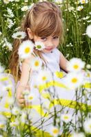 fille enfant mignon au champ de camomille
