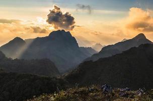 faisceau de lumière sur le sommet de la montagne photo