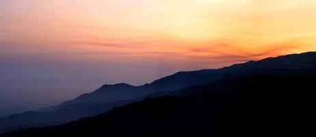 coucher de soleil à flanc de colline photo