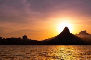 montagnes de rio de janeiro et lac au coucher du soleil photo