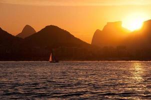 coucher de soleil sur la plage de botafogo photo