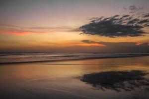 coucher de soleil sur l'océan. photo