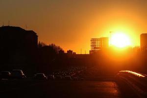 coucher de soleil sur l'autoroute